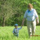 Na sprehodu z staro mamo.