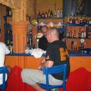 Najbližji bar s pivom 500 metrov stran