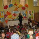 Obisk Dese Muck 2005 - rjuha in dežniki iz šeleshamerja, ki so jih delali učenci, ob stran