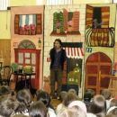 Obisk Matjaža Pikala 2007 - na trše blago so z akrilnimi barvami narisane 3 francoske hiše