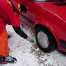 Šofer je zelo priseben saj hitro v prtljažniku najde otroško lopatko za odkop snega...
