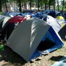 V kampu je bilo veliko šotorov (gužva).