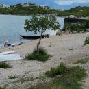 vsakdanja opravila: pranje perila in vzdrževanje čolna (Murići-Čg)