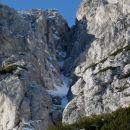Alpinistična naveza premaguje kopni vstop v Urošovo grapo.