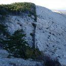 Izrazita meja, ki jo varuje kameni zid.