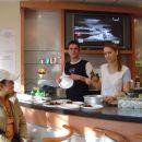 Takole je potekala priprava porcij (cca 7 cevapov, doma specena lepinja, sobska salata, do