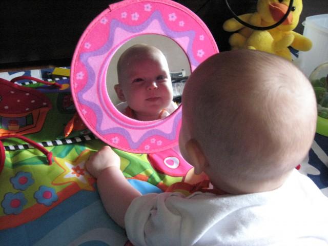 Zrcalce, zrcalce....kaj sprašujem, itak sem jaz najlepša