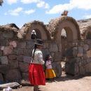 Indijanska hiša z dvemi bikci za srečo nad vhodnimi vrati (pri njih se borita dva bika za