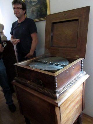 Ogled muzeja v Laškem. Glasbena skrinja.