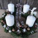 7-smreka z belimi svečami, jelenčkom in mašnico