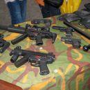 Jurišno orožje specialcev, zgoraj desno Glock in beretta