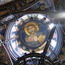 Osrednja poslikava na kupoli skozi simbolično krono, znak oblasti