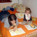 Rebeka in Teja bereta. 23. 10. 2007