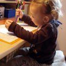 Rebeka pridno barva za mojo pisalno mizo. 23. 10. 2007