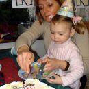 V pričakovanju prvega kosa torte, ki pripada slavljenki. 27. 12. 2007