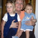 Skupaj z babico in mrzlo teto Noo, Podravska Slatina na Hrvaškem, 27. 7. 2006.