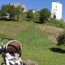 Na sprehodu v Konjicah. Stari grad. Jaz spim, dedek pa fotografira.