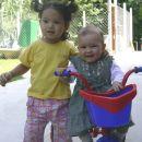 Rebeka in prijateljca Amelie.