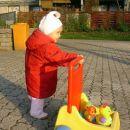 Z vozičkom pripeljem svoje igrače pred blok, da se lahko igram. 26. 11. 2006