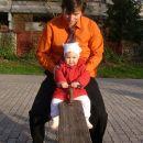 Z atijem sva ravno dovolj težka, da dvigneva mamo na drugi strani gugalnice. 26. 11. 2006