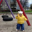 Dovolj sem velika, da se igram na igrišču.