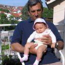 Brina v Kumanovem, Makedonija, na balkonu s starim očetom = Brina in Kumanovo, Macedonia o