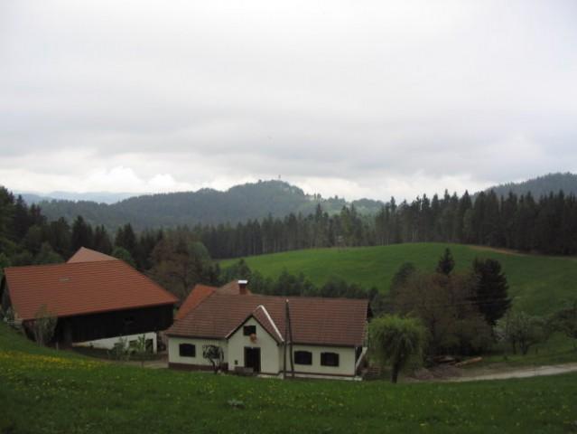 Pogled na cilj - levo je cerkev Sv. Duha na Ostrem vrhu, ki se nahaja na 903 m