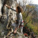 Jožica U. med plezanjem z varovanjem od zgoraj ( top rope )...