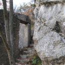 nad steno so ostanki vojaških zgradb iz časa I. svet. vojne...