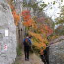 sprehod mimo vojaških ostankov pod vrhom Črnega hriba...