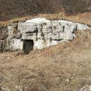 vhod v italijanski bunker iz obdobja med obema vojnama na Podkrajskih Strelicah...Tudi tuk