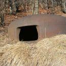 na vrhu podzemeljskega kompleksa se nahaja tale železna kupola; objekt je sicer v celoti p