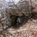 zgornji vhod v podzemeljski kompleks se nahaja tik pod že omenjeno potjo, ki vodi proti vr