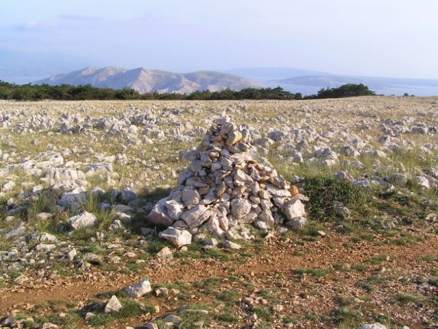 Krk- pogled s planote nad Baško, zadaj otok Prvić