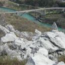 pogled z grebenske rezi drugega grebena na znameniti železniški ločni most čez Sočo...