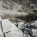 pogled na strmo melišče med drugim in tretjim grebenom; tretji greben, ki je najdaljši je