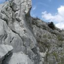 ena izmed številnih zanimivih skalnih tvorb, v ozadju