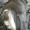 vhod v avstrijski sistem kavern pri ostankih cerkvice sv.Valentine, na njegovem zidu je ve