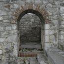 po tem stopnišču se je verjetno dostopalo v zvonik; vse kar je od njega ostalo je vhodni o