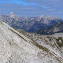 Peski z AO spomenikom, zadaj Jalovec in greben od Travnika proti Mojstrovkam...