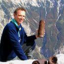 Janez s tulcem granate iz I. svet.vojne v roki, spredaj na skali sta še dve ...spodaj doli