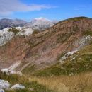 pogled na Rdeči rob ( 1916 m ) z vrha Stadorja, zadaj pobeljeni vrh Triglava