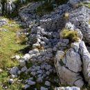 ostanki vojaških zavetišč v kotanji na vrhu Stadorja ( cca 1750 m nm )
