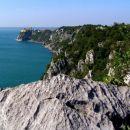 pogled z Rilkejeve steze ( sentiero Rilke ) proti Devinskemu gradu