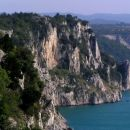 od Sesljana se proti Devinu proti morju skoraj nepretrgoma spuščajo strme skalne stene, ne