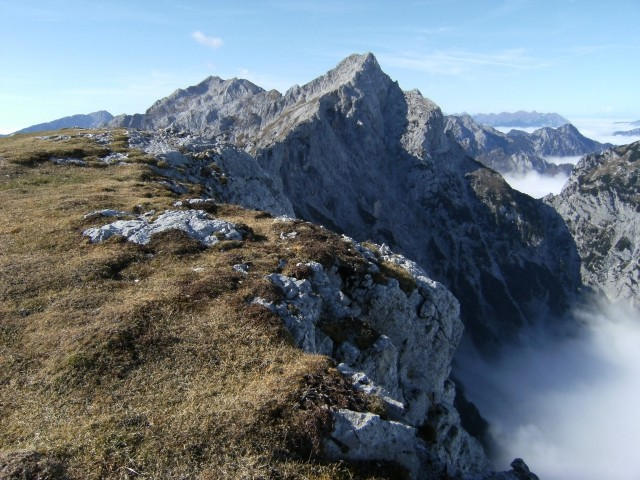 Pogled z vrha Velike zelenice v vzhodno steno Ojstrice ( 2349 m ) -  gore, ki se dviga iz