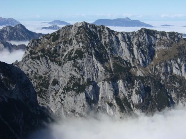 Onstran Robanovega kota se dviga 2084 m visoka Krofička; redko obiskana gora vzhodnega del
