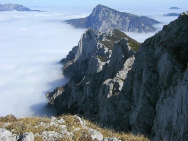 Severna ostenja grebena med Veliko Zelenico in Križevnikom se v vrtoglavih prepadih in str