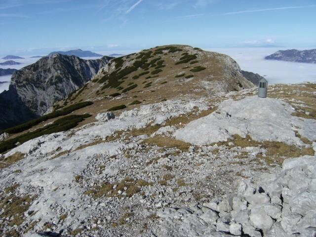 Pogled z Velikega vrha ( 2111 m ) proti bližnjemu vrhu Velike Zelenice ( 2114 m )