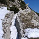 strelski jarek na južni strani tik pod vrhom Krniške glavice; vzpetina je bila za Italijan